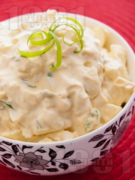 Яйчена салата с майонеза, горчица и пресен зелен лук - снимка на рецептата